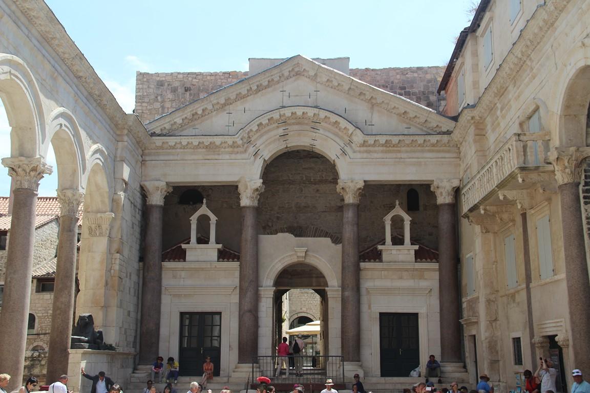 Sur la promenade entre le palais de Dioclésien et le port