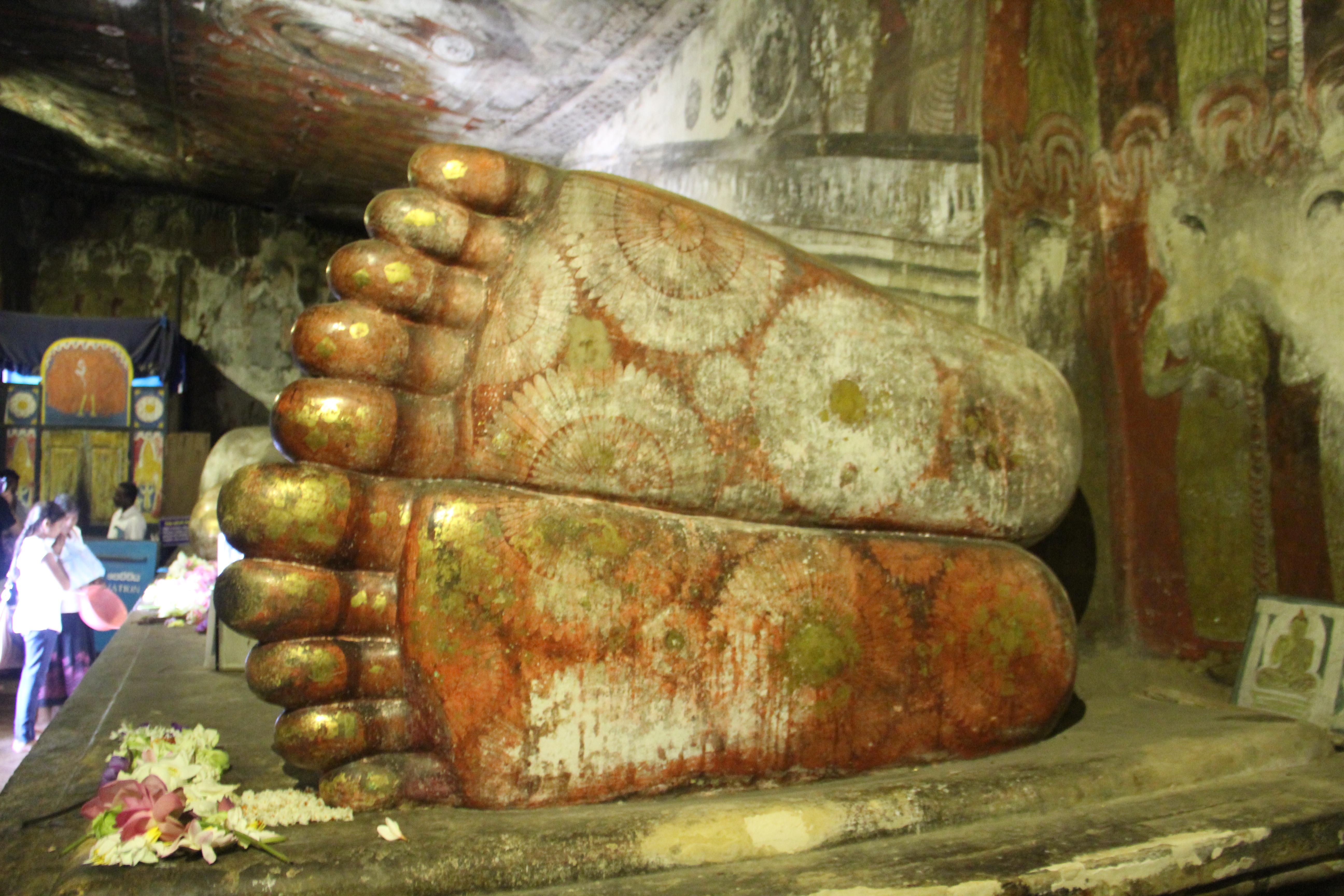 Les pieds décalés du buddha couché